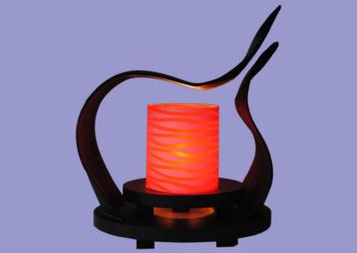 leuchte-karima-mit-roten-u-schwarzen-zylinder-cocosblaetter-gehaertet