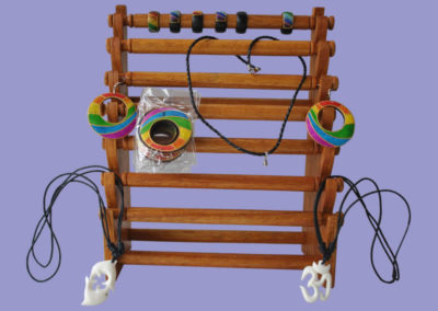 ringe-amulette-anhaenger-aus-holz-bemalt-in-regenbogenfarben